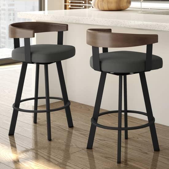 Стулья - неизменный элемент барной мебели
